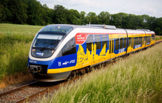 Werbung auf Zug: Der Nordwestbahnzug unterwegs