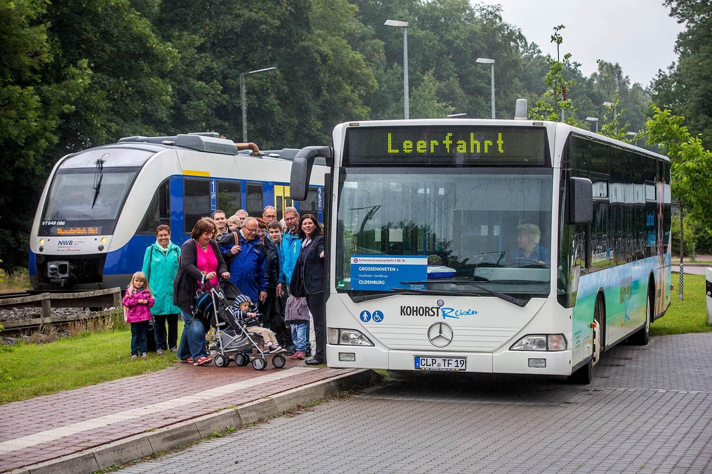 Der Sev Bus mit dem Schild aus dem Fahrplan Design von Hasegold