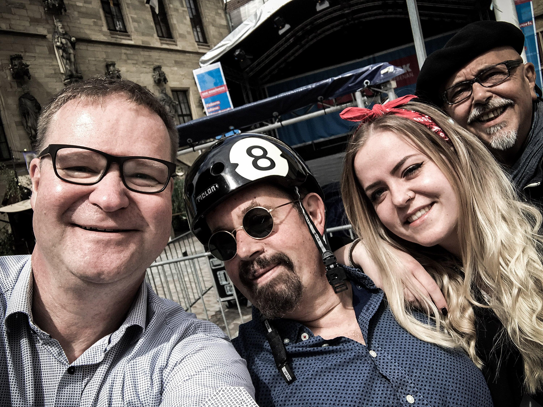 """Glücklich trafen sich Tommy Schneller, Janina, Todor """"Tosho"""" Todorovic und Detlef Heese für einen Pressetermin mit den Osnabrücker Nachrichten."""