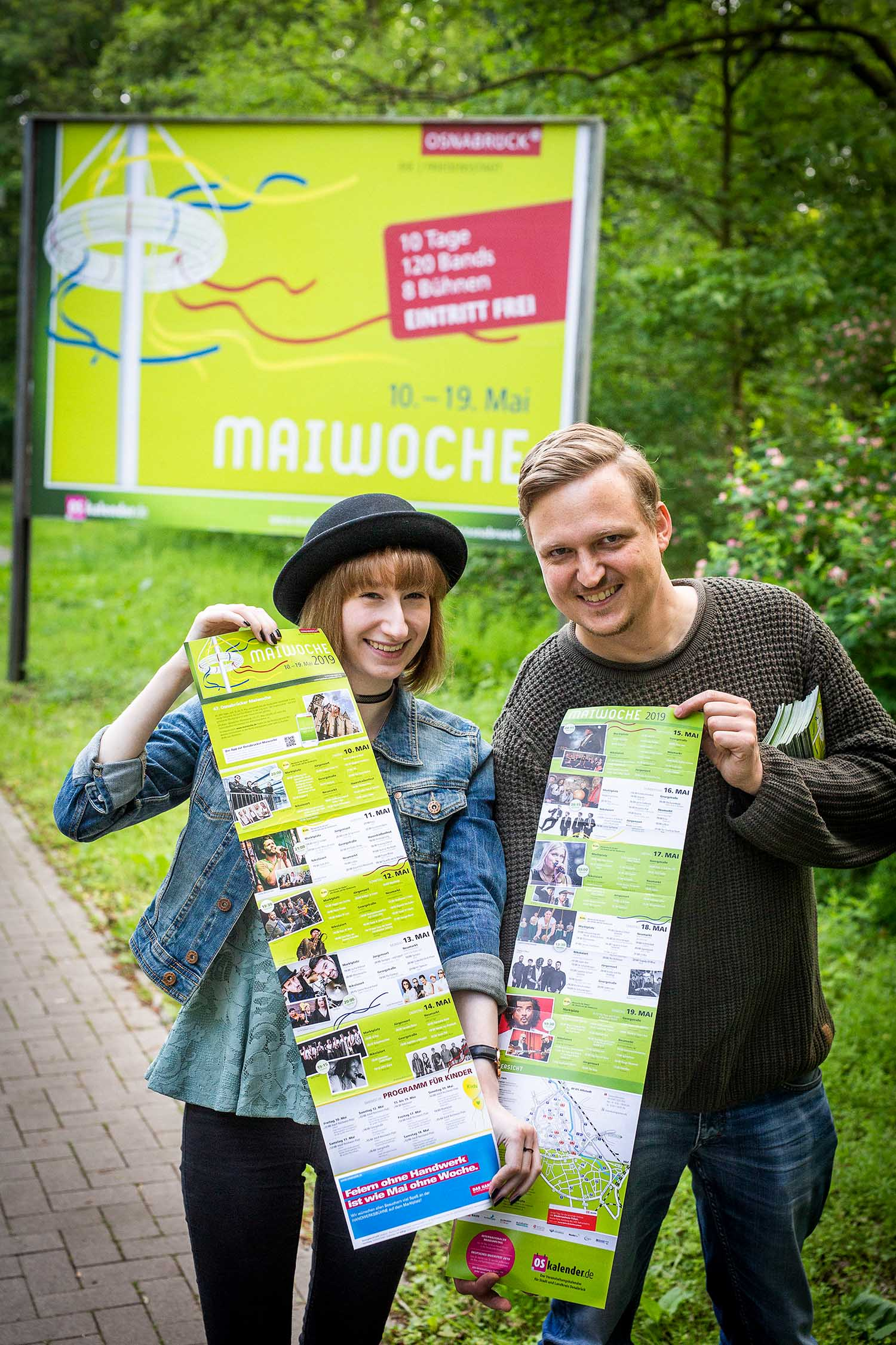 Maiwoche-Flyer Osnabrück 2019: Janina Schlüter und Stephan Gerecht mit dem aktuelle Programmflyer