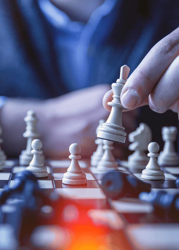 Schachspieler der die Startegie im Online-Marketing verdeutlichen soll