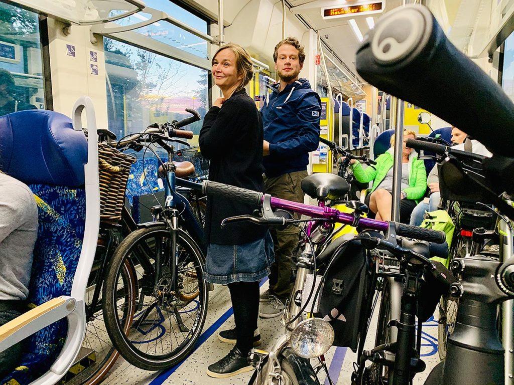 Stadtradeln in Osnabrück: Team Hasegold macht ein Fahrrad-Ausflug nach Quakenbrück immer der Hase entlang. Julia Amelung und Sigurd Könker bei der Rückfahrt mit der NordWestBahn.