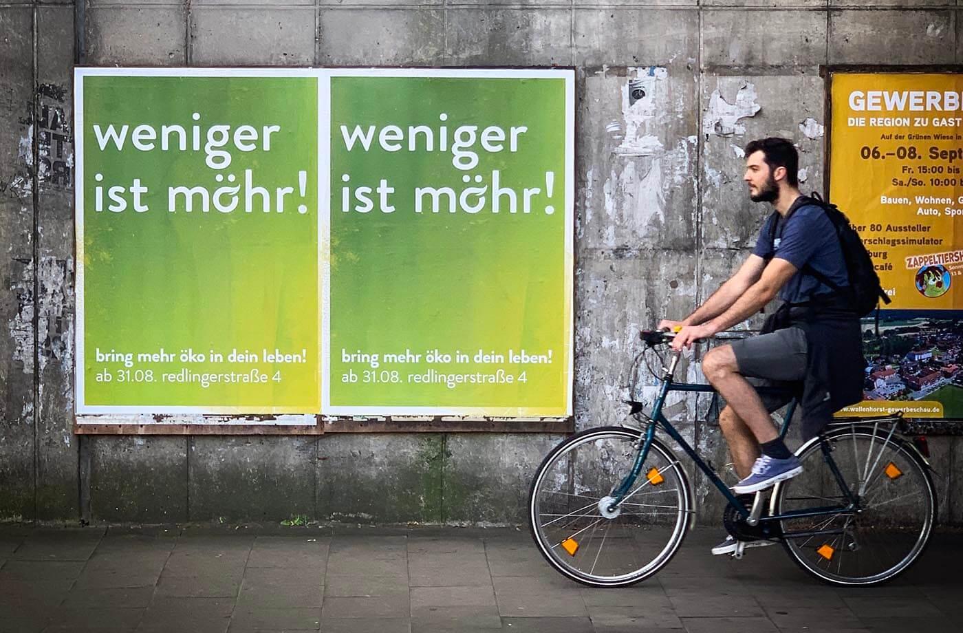 Plakate in den Bahnunterführungen in Osnabrück. Neues Geschäft in der Redlingerstraße