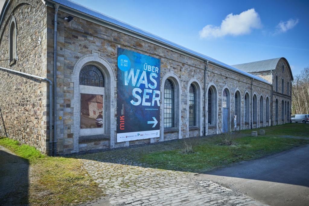 """Die alte Waschkaue des Museum Industriekultur Osnabrück. Plakat-Banner für die Ausstellung """"Über Wasser"""""""